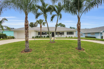 Home for Sale at 8936 SE Bahama Circle, Hobe Sound FL 33455