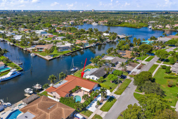Home for Sale at 913 Country Club Drive, North Palm Beach FL 33408