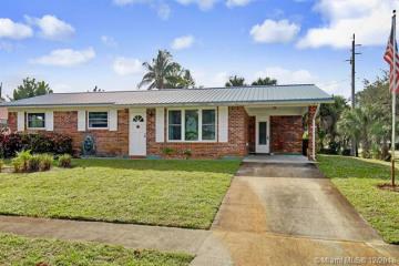Home for Sale at 47 Ridgewood Cir, Tequesta FL 33469