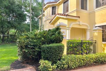 Home for Sale at 1665 Passion Vine Cir #19-1, Weston FL 33326