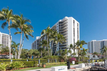 Home for Sale at 3610 Yacht Club Dr #512, Aventura FL 33180