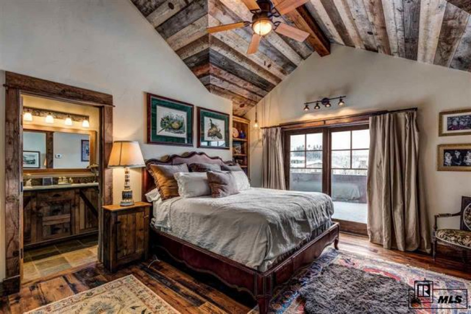Incredible master bedroom with a balcony for those mornings that Steamboat offers to you.