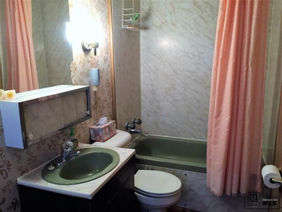 Large bath for guests.