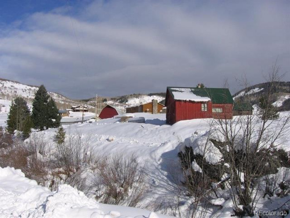 Several cabins and bunkhouses are located in the back valley along the creek.