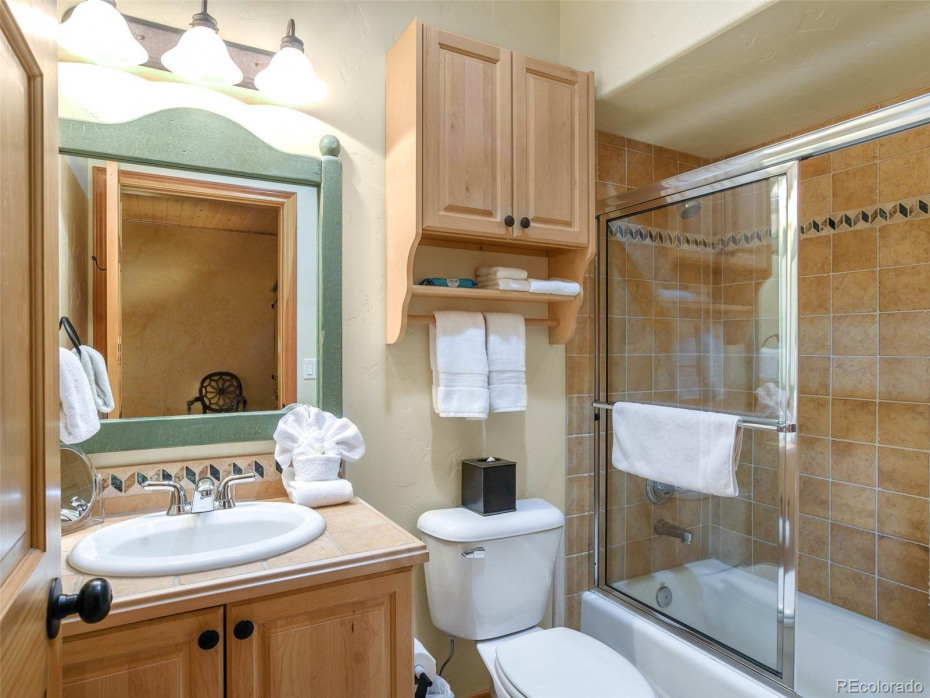 Lower Bedroom Private Bath
