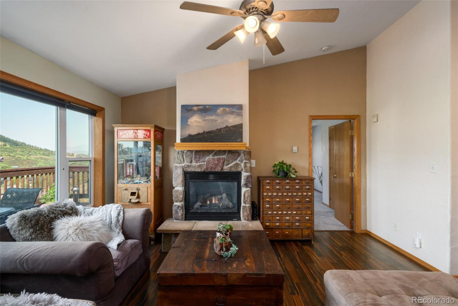 Cozy gas log fireplace and views of Howelsen Hill
