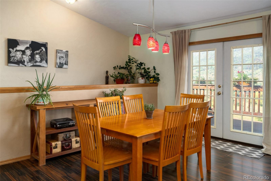 Dine with easy access to the deck which is great for entertaining