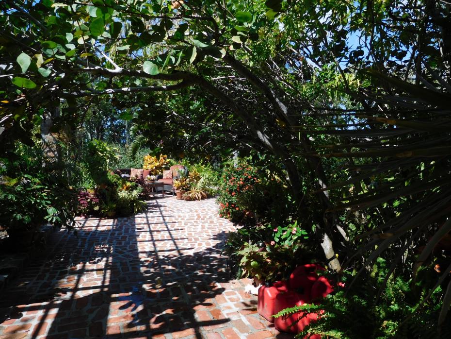 003 Entrance courtyard