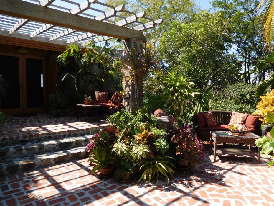 004 Entrance courtyard