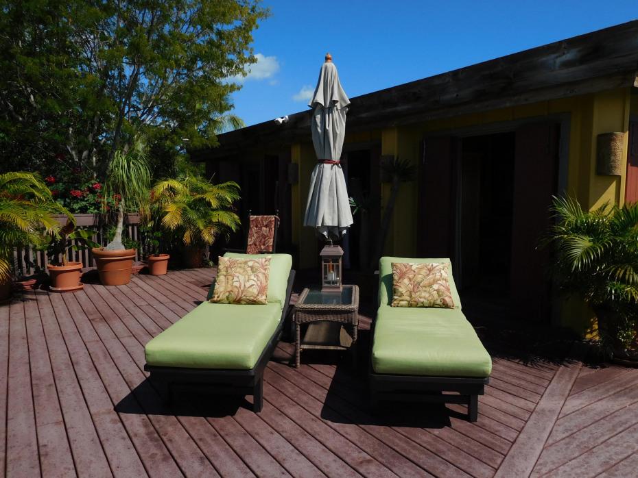 020 Pool side lounge chairs