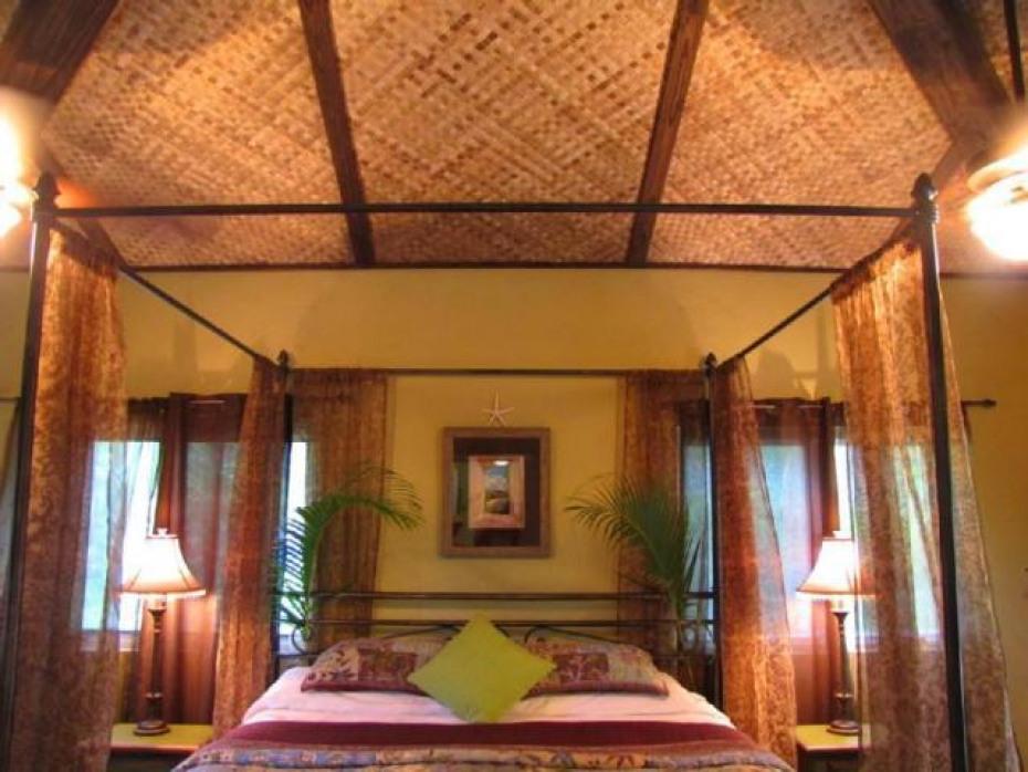 Guest bedroom off of livingroom