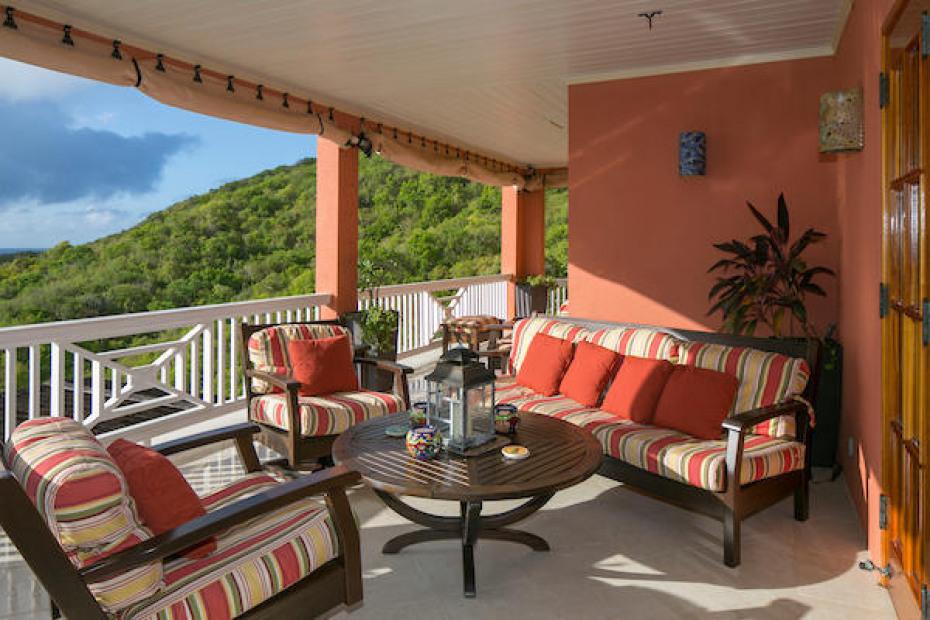016 Porch living area