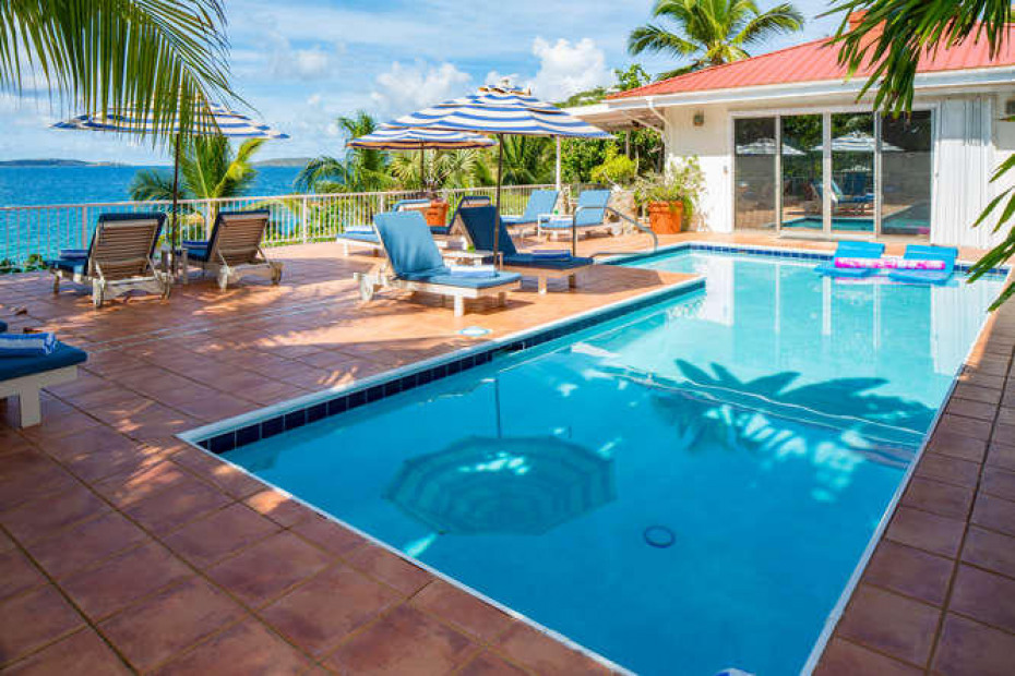 004 Spacious pool area