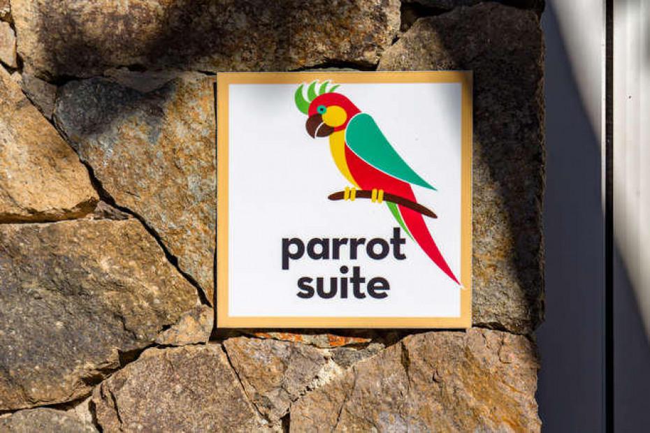 028 Parrot suite