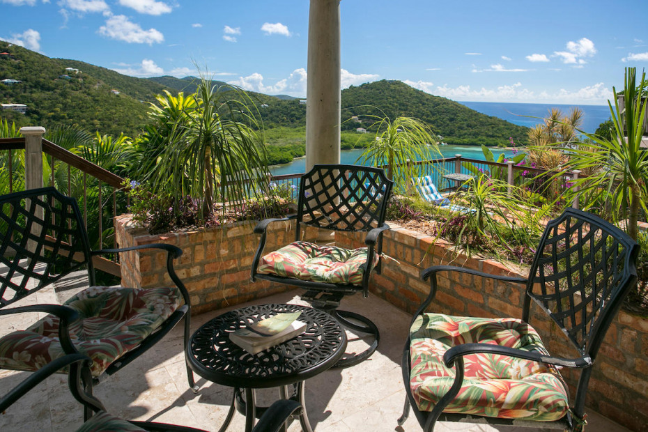 016 Outdoor porch area