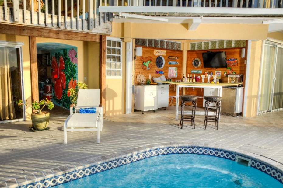pool & bar with TV and ice maker