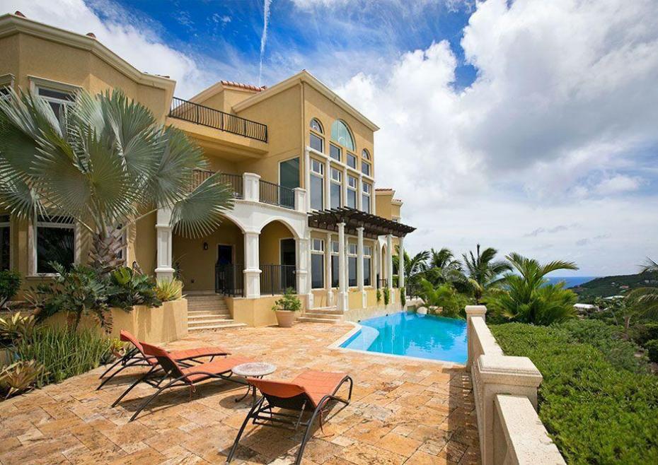 Relaxing pool lounge